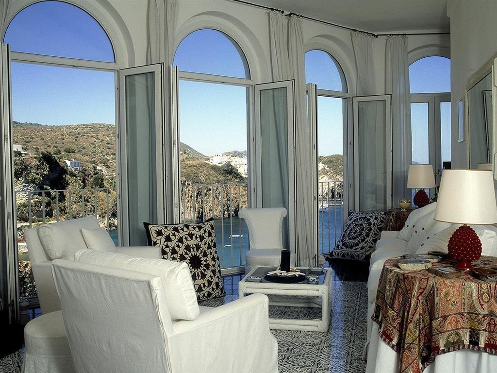 Villa frisio lusso e relax a ponza maria laura for Casa in stile vittoriano in vendita